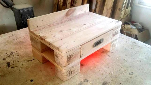 handmade-pallet-bedisde-table