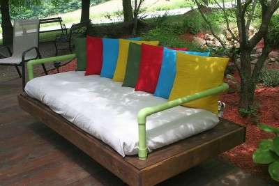 outdoor-sofa-built-with-pallets-and-pvc-pipes-1-400x267